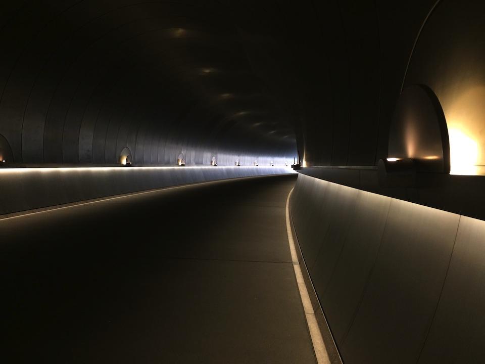 ステンレスで覆われたトンネル内